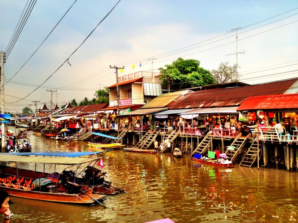http://www.taxifortour.com/wp-content/uploads/2014/02/amphawa-floating-market-9.jpg