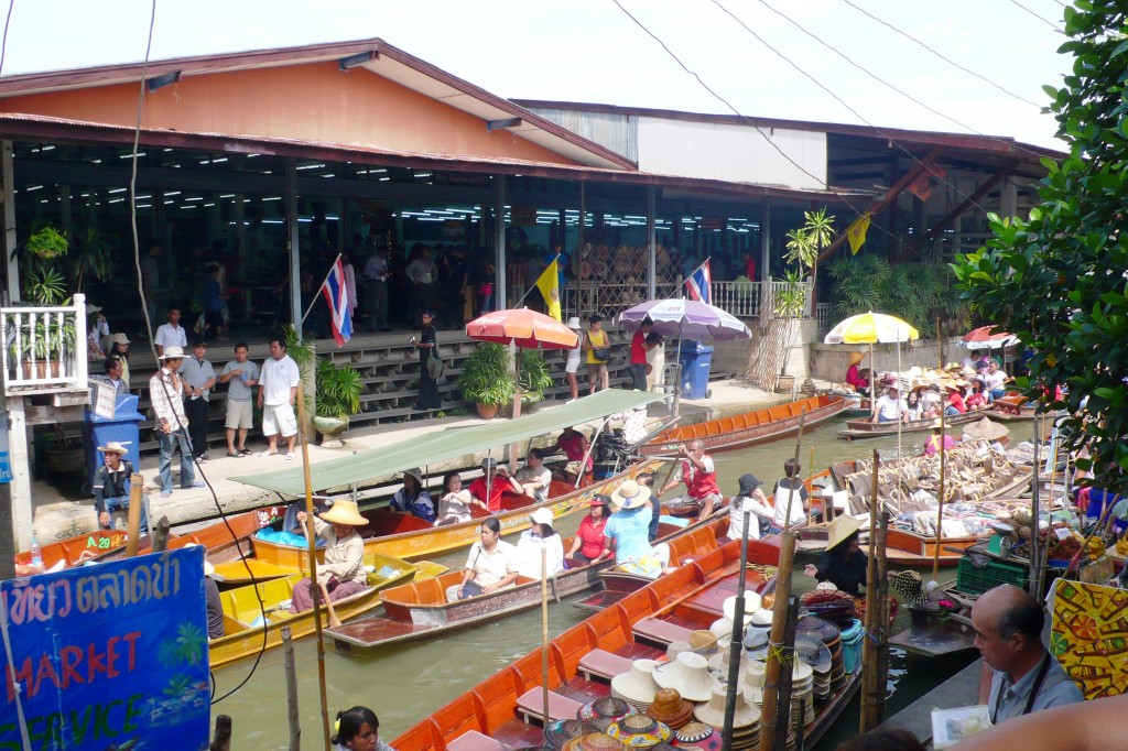 http://bangkokscoop.com/wp-content/uploads/2012/09/bang-khu-wiang-floating-market.jpg