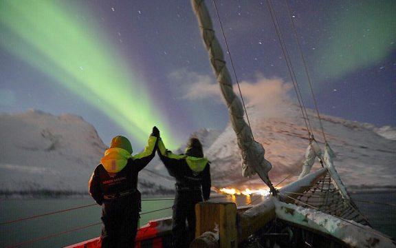 Caçar aurora boreal num veleiro em Tromsø, Noruega