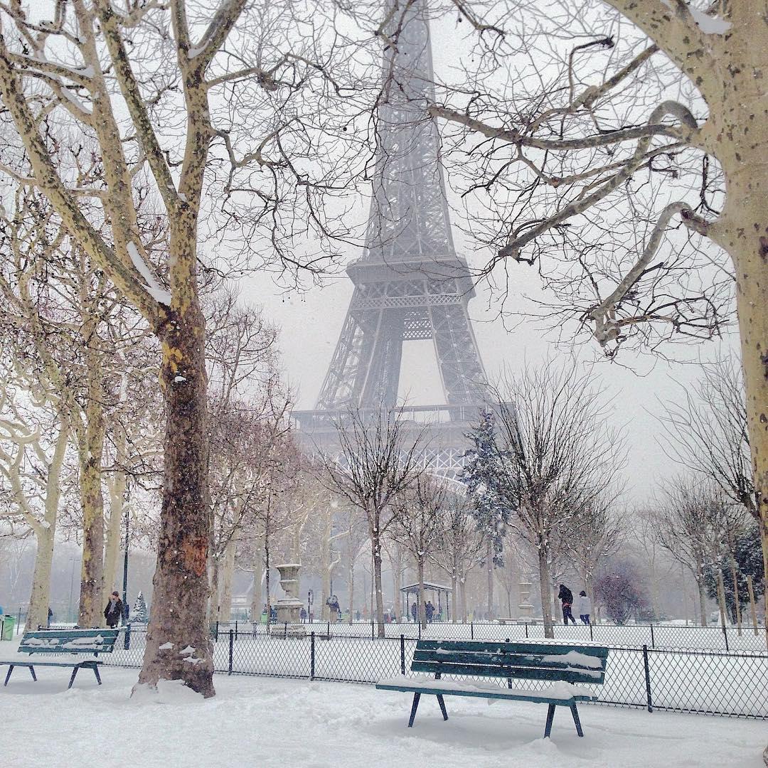 [#Paris - #France] E é assim que Paris acordou: sob neve. Não podíamos ser recebidos duma melhor forma que assim. A cidade pega um ar tão diferente e as ruas ficam tantas vazias. Normalmente, odeio a neve na cidade pois neve é para estação de esqui né ? . Mas hoje é diferente: é a primeira vez que a Ella veja neve e entende o que está acontecendo. Na verdade, fomos para Noruega o ano passado, tinha quase um metro de neve mas ela estava super pequena para lembrar. Hoje, mesmo sem roupas de inverno (só temos roupa de Praia) , vamos por 3 camisetas, 2 pares de meias e vamos ir brincar na neve. A mágica da neve em Paris. #ParisJeTaime Google.